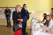 Do volební místnosti v Karlových Varech - Bohaticích se hrnuli voliči od otevření místnosti. Volit sem přišla i hejtmanka Jana Vildumetzová a ministr dopravy Dan Ťok.