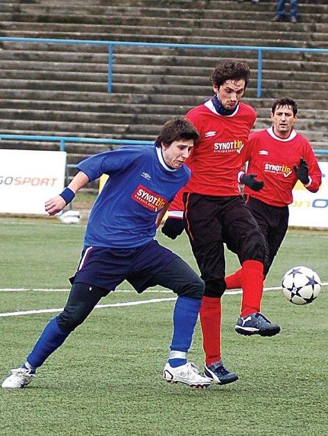 NESPOČET SOUBOJŮ spolu svedli karlovarský útočník Kolář (v modrém) a chodovský stoper Správka (v červeném). Nakonec se z těsné výhry 1:0 radoval Spartak Chodov.