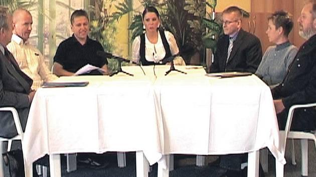 U jednoho stolu se ve studiu ostrovské televize sešli zástupci všech stran v zastupitelstvu.