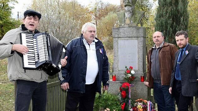 Kladení věnců v Protivci. Na fotografii zleva – Jiří Blábolil, František Švarc, starosta města Chyše Miroslav Dorňák a Jiří Širl.