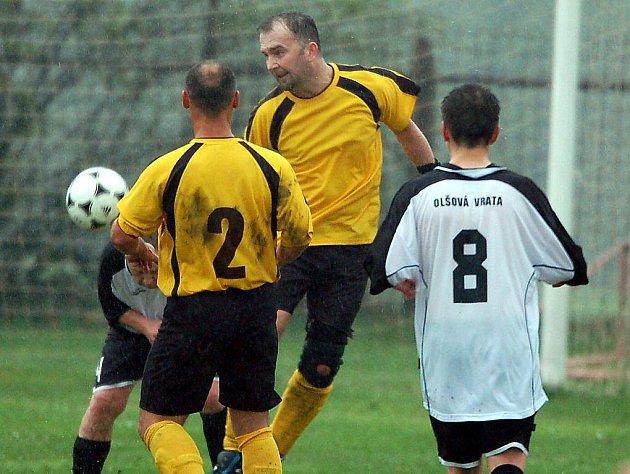 Ani v dalším kole III. fotbalové třídy fotbalisté Olšových Vrat (v bílém), na mistrovské body opět nedosáhli. Tentokrát podlehli nováčkovi soutěže Stanovicím (ve žlutém) šestibrankovým rozdílem.
