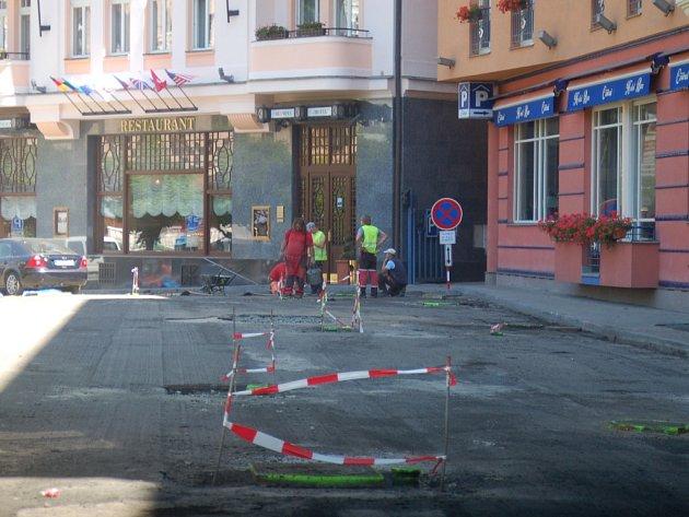 Pokud si nechce zničit auto, Divadelnímu náměstí se vyhněte. Silničáři zde opravují komunikace.