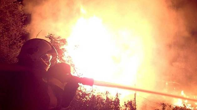 Požár zahrádky zastavil provoz železnice
