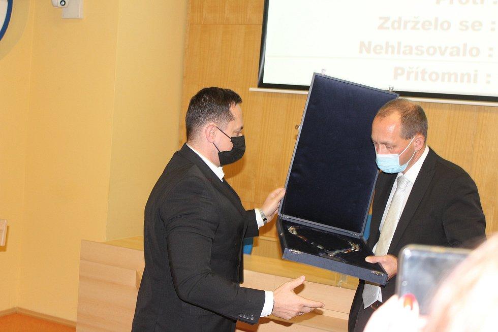 Petr Kubis předává hejtmanský řetěz svému nástupci Petru Kulhánkovi.