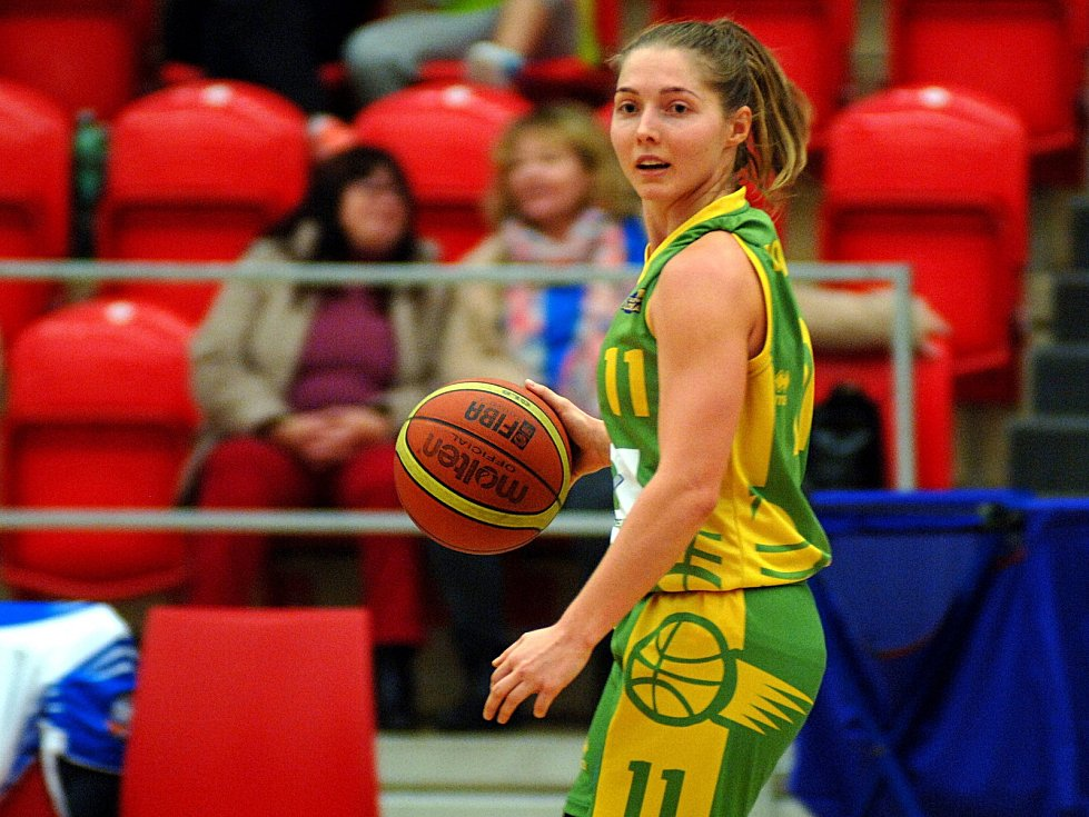Krize basketbalistek Lokomotivy (v bílém) pokračuje. Děvčata nestačila ani na Slovanku Mladá Boleslav