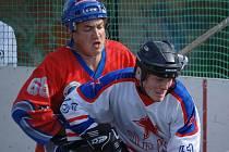 Hokejbalisté CSKA K. Vary (v bílém) porazili ve 2. kole druhé národní ligy céčki Mostu vysoko 9:1.