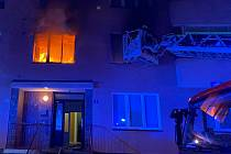 Z hořícího bytu v Karlových Varech zachránili hasiči dvě osoby.
