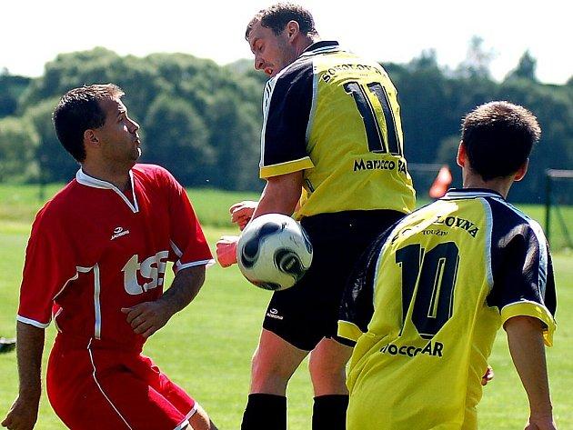 Ve 22. kole okresního přeboru hostili hráči Květnové (v červeném) rezervu Toužimi (v žlutočerném). Utkání nakonec skončilo zaslouženou remízou 1:1.