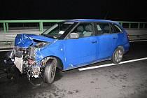 DO SVODIDEL narazil po smyku na namrzlé vozovce rychlostní komunikace R6 řidič Škody Fabia. Při nehodě vznikla škoda předběžně odhadnutá na 165 tisíc korun.