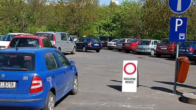Míst k zaparkování v centru Karlových Varů není mnoho, proto není žádnou výjimkou, když například parkoviště ve Varšavské ulici už nepřijímá žádná auta.