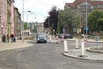Sokolovská ulice v Karlových Varech patří mezi důležité dopravní tepny. Město proto investovalo do její celkové rekonstrukce.