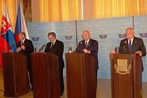 Prezidenti v hotelu Imperial zhodnotili summit V4. Zleva: Pál Smitt (Maďarsko), Bronislaw Komorowski (Polsko), Ivan Gasparovič (Slovensko) a Václav Klaus (Česká republika).