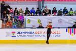 První květinový ceremoniál se odehrál na ostrovském zimním stadionu. Krasobruslařům v kategorii mladších chlapců propozice předepsaly pouze volné jízdy, v nich se nejlépe vedlo Vojtěchu Warischovi z Moravskoslezského kraje.  Foto: ODN/Czech Olympic