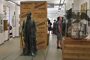 Pohled do expozice muzea se sochou Heinricha Mattoniho.