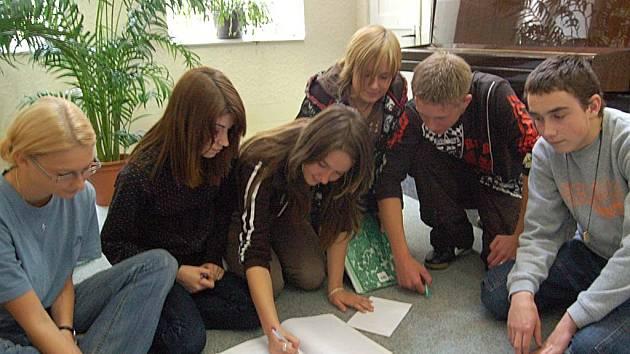 Studenti dalovické školy na týdenním pobytu pracovali ve skupinách a učili se společně komunikovat a řešit problémy.
