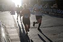 Karlovarského Mattoni půlmaratonu se zúčastnilo na tři tisíce běžců v hlavním závodu a dalších 1200 v dm rodinném běhu.