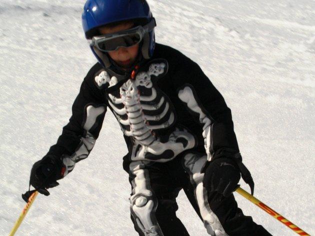 V sobotu na sjezdovce v Potůčkách dováděli lyžaři v kostýmech.
