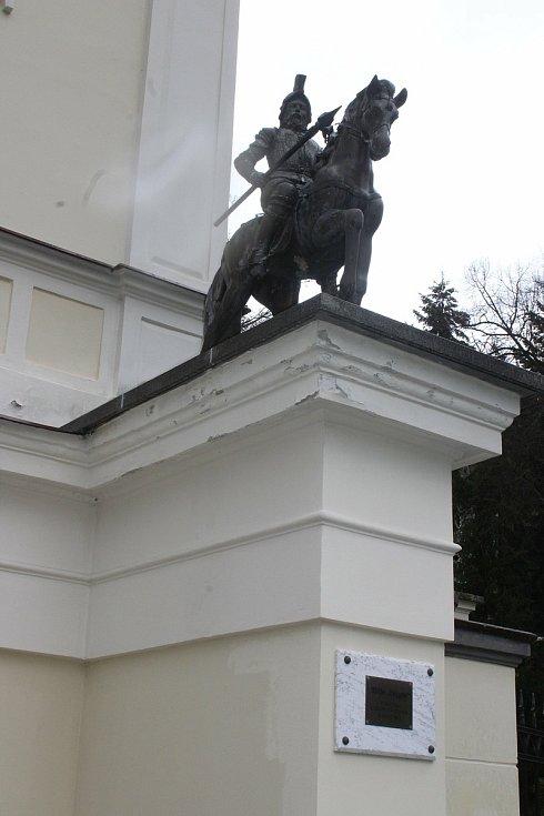Součástí prodávané Vily Lützow je i nádherná zahrada. Legendární socha kočky obrácené zády k městu stojí opodál.
