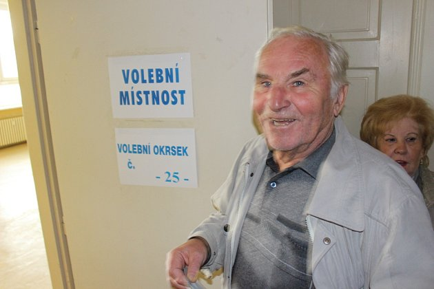 Do volební místnosti v Karlových Varech - Bohaticích se hrnuli voliči od otevření místnosti.