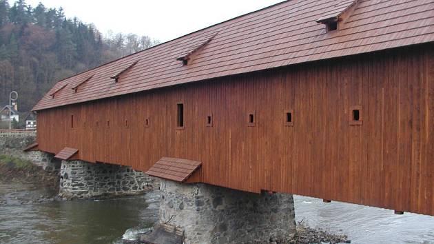 Opravu historického mostu v Radošově, na které přispěl i stát, místní uvítali. Mohou si tak díky němu zkrátit cestu.