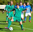Fotbalisté Ostrova (v modrém) nestačili překvapivě na svém stadionu na tým rakovnického Tatranu, které podlehli 1:3.