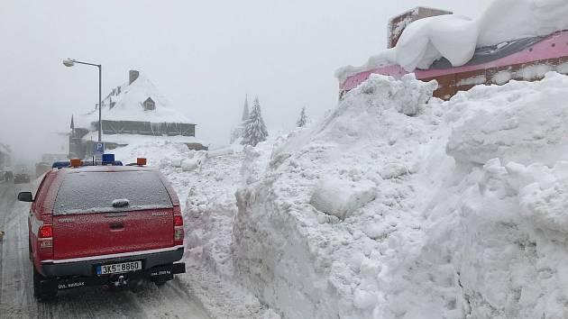 Hasiči pomáhají s odklízením sněhu v Božím Daru a odstraňováním popadaných stromů v okolních lesích.
