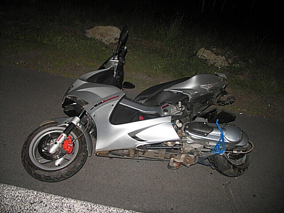 Motocykl, na kterém jela jednadvacetiletá řidička. Viník nehody jí nepomohl. Místo toho ujel.