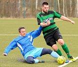 První jarní utkání zvládly Vojkovice (v modrém) vítězně, když Pernink (v pruhovaném) porazily 6:2.