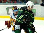 Hokejisté HC Energie (v zeleném) hostili Jihlavu. Filip Seman atakuje Jakub Fleka