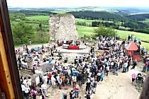 Město Bochov zahájilo rekonstrukci hradu v roce 2006. O zábavu pak neměl nouzi nikdo, kdo sem během otevření zavítal. Jedlo se, pilo a vše zdobily dobové atrakce