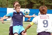 V prvním kole podzimní části krajské I. A třídy slavili fotbalisté nováčka z Nejdku (v modrém) domácí vítězství 3:1 nad týmem Drmoulu (v bílém).