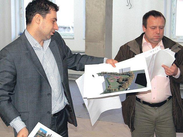 Náměstci v akci. Náměstci karlovarského primátora Tomáš Hybner (vlevo) a Petr Keřka představili pokračující rekonstrukci Lidového domu i chystané opravy ulic ve Staré Roli.