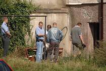 Policejní vyšetřovatelé zajišťují důkazy v odhalené pěstírně.