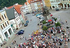 Historické náměstí v Lokti je současně s hradem velkým lákadlem pro turisty. Místní obyvatelé si ale stěžují, že padesát korun za půllitr piva nedají.