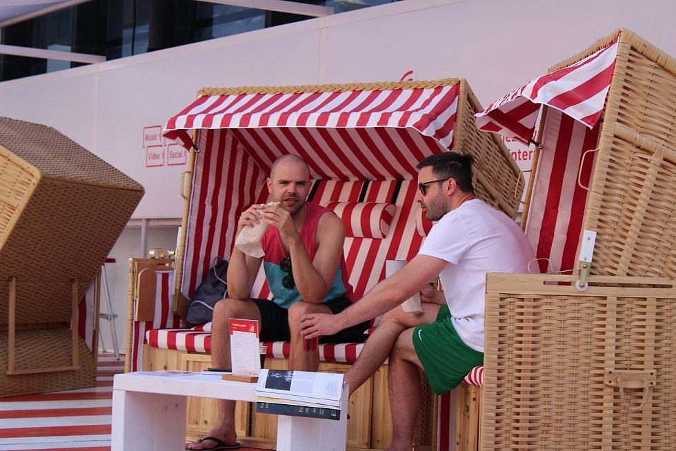 Letošnímu ročníku filmového festivalu přeje slunečné počasí a opět velký počet návštěvníků.
