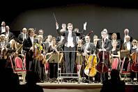 KARLOVARSKÝ SYMFONICKÝ ORCHESTR se svým šéfdirigentem.