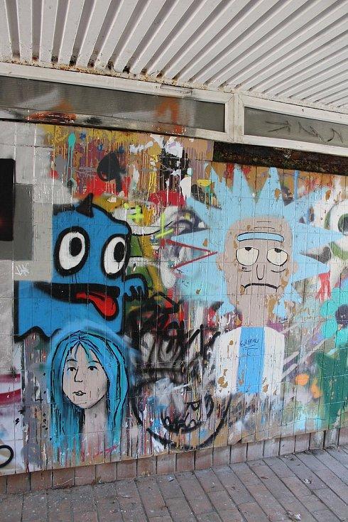 Graffiti už zdobí podchod u Becherovky. Autorem malby je Real143. Ne všechno zde je ale umělecké, ne všechny tagy a obrázky jsou kvalitní. Je vidět, že amatérská tvorba pokulhává.