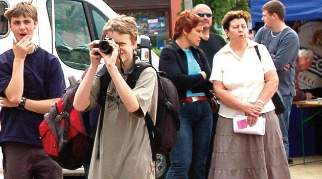 NÁROČNÍ POSLUCHAČI. Jan Modes (vlevo) a Filip Rojík pozorně sledovali akci Den s Deníkem a pečlivě fotografovali celou akci na internetové stránky.
