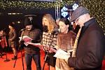 Česko zpívá koledy s Deníkem na karlovarských Vánočních trzích.