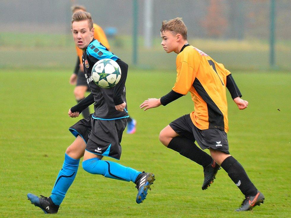 Porážku si připsal o víkendu na své konto Ostrov (v oranžovém), který nestačil na Královské Poříčí (v černém), když nakonec prohrál 0:3.