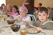 Za jídlo si připlatí. Zdražování základních potravin se už brzy dotkne i těch nejmenších strávníků - dětí ze základních škol. Zdraží se i ve škole v Dalovicích.