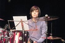Bubeník Petr Skorka byl jedním z vystupujících v klubu Paderewski. Zahrál i píseň od kapely Queen.