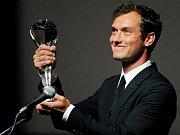Jude Law přebírá cenu prezidenta festivalu.