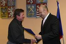 Hetjman Josef Novotný (vpravo) předává cenu Sdružení spotřebitelů.