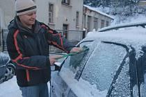 Řidiče mráz zaskočil, museli se dobývat do zamrzlých aut.