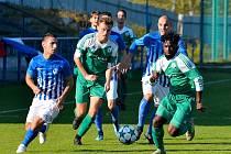 Fotbalisté Ostrova (v pruhovaném) nestačili v domácím prostředí na pražský Meteor, se kterým prohráli 0:2.