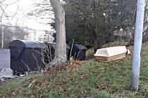 Rakev odhozená poblíž popelnic v Karlových Varech.