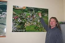 Starosta Miloš Kameš před mapou obce, která nedisponuje žádnými pozemky pro výstavbu rodinných domů.