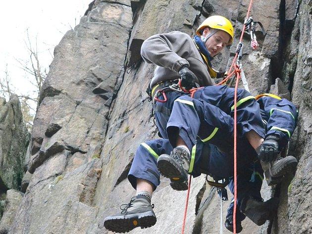 Záchrana horolezce.I v případě, že člověk zkolabuje na skalní stěně, musí umět hasiči zasáhnout.