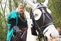 ZAKLADATEL MĚSTA Karel IV., tak jak ho obvykle vídají lidé během slavnostního zahajování lázeňské sezony.